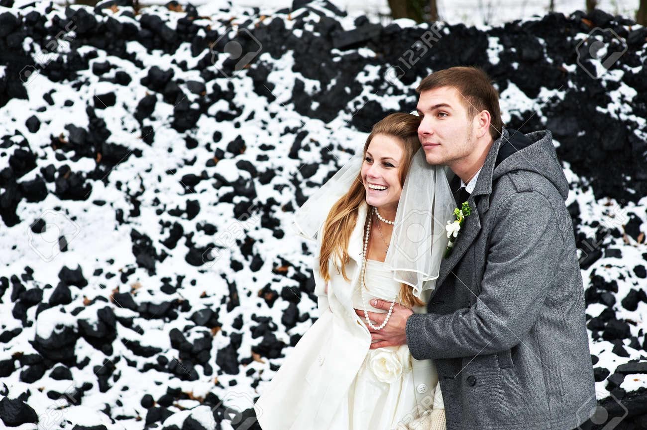 Gluckliche Braut Und Brautigam Im Winter Tag Ihrer Hochzeit