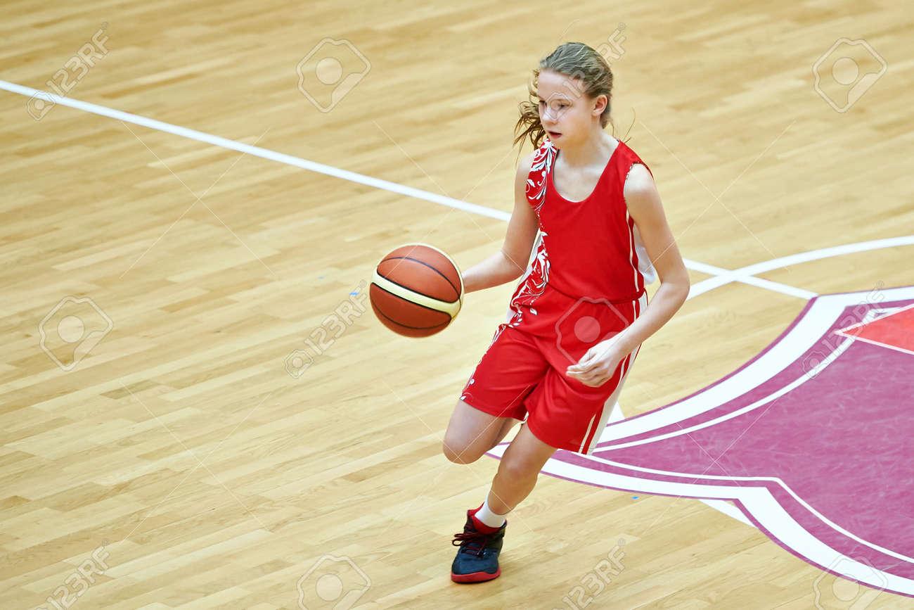 moins cher moitié prix site professionnel Fille athlète dans le sport uniforme jeu de basket-ball