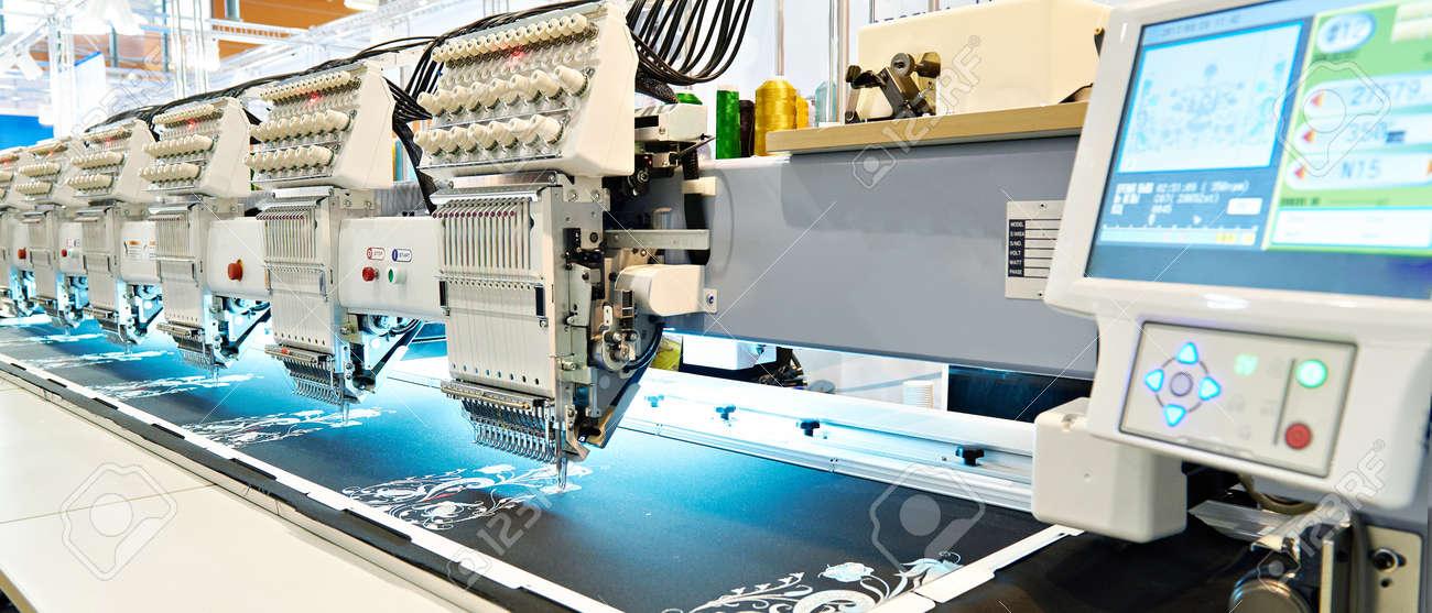 Stickerei-Industriemaschine In Nähwerkstatt Lizenzfreie Fotos ...