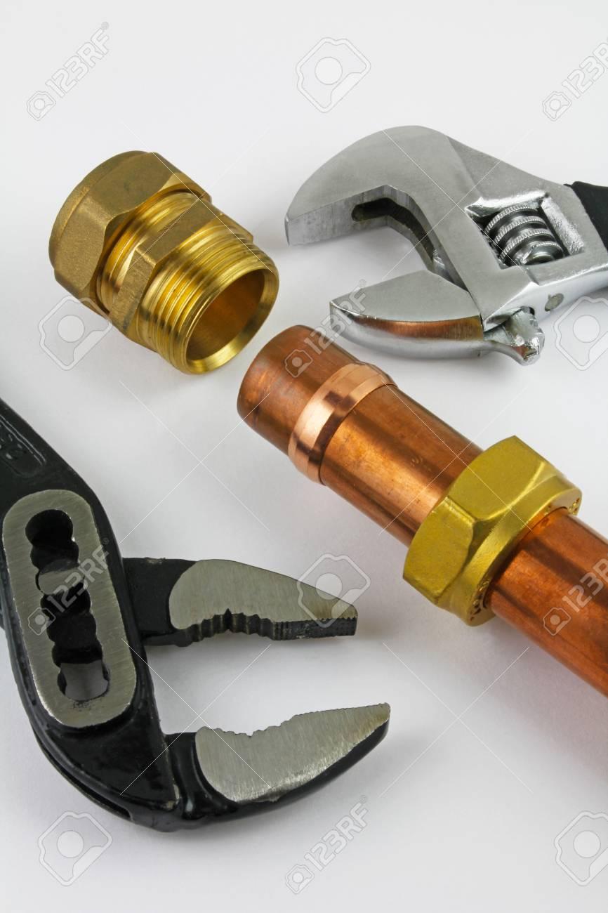 Nieuw Koperen Pijpwerk Klaar Voor Constructie Verstelbare Moersleutels 15 Mm Koperen Leidingen En Messing Verbindingen Tegen Elkaar Geplaatst Tegen