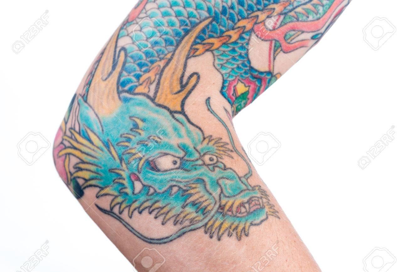 Un Tir Detaillee D Un Vert Tatouage De Dragon Bleu Dans Le Style