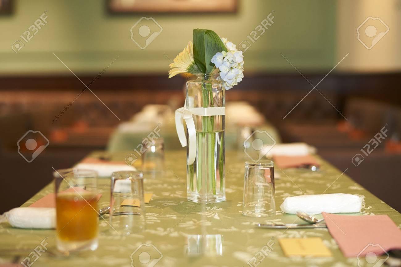 Eine Kleine Glas Vase Von Weissen Blumen Auf Einem Grunen Tisch Auf