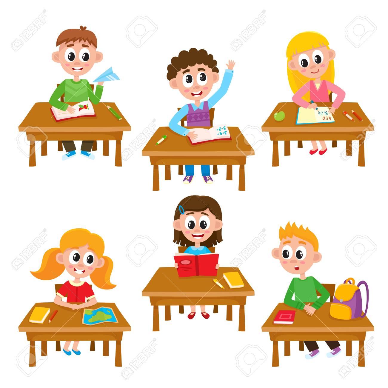 Ninos De La Escuela Primaria En El Aula Leyendo Escribiendo