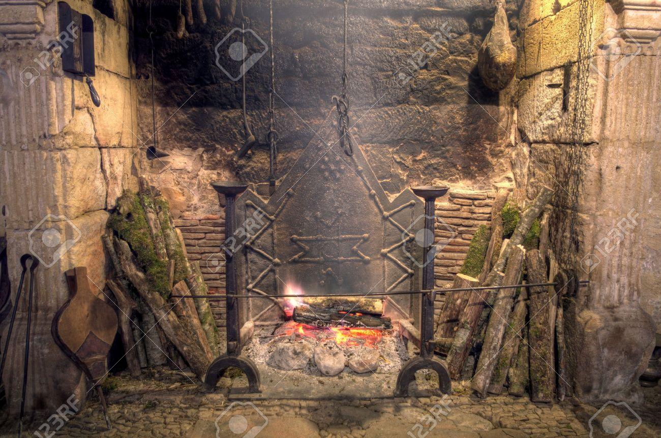 Stenen open haard met antieke apparatuur in middeleeuws kasteel ...