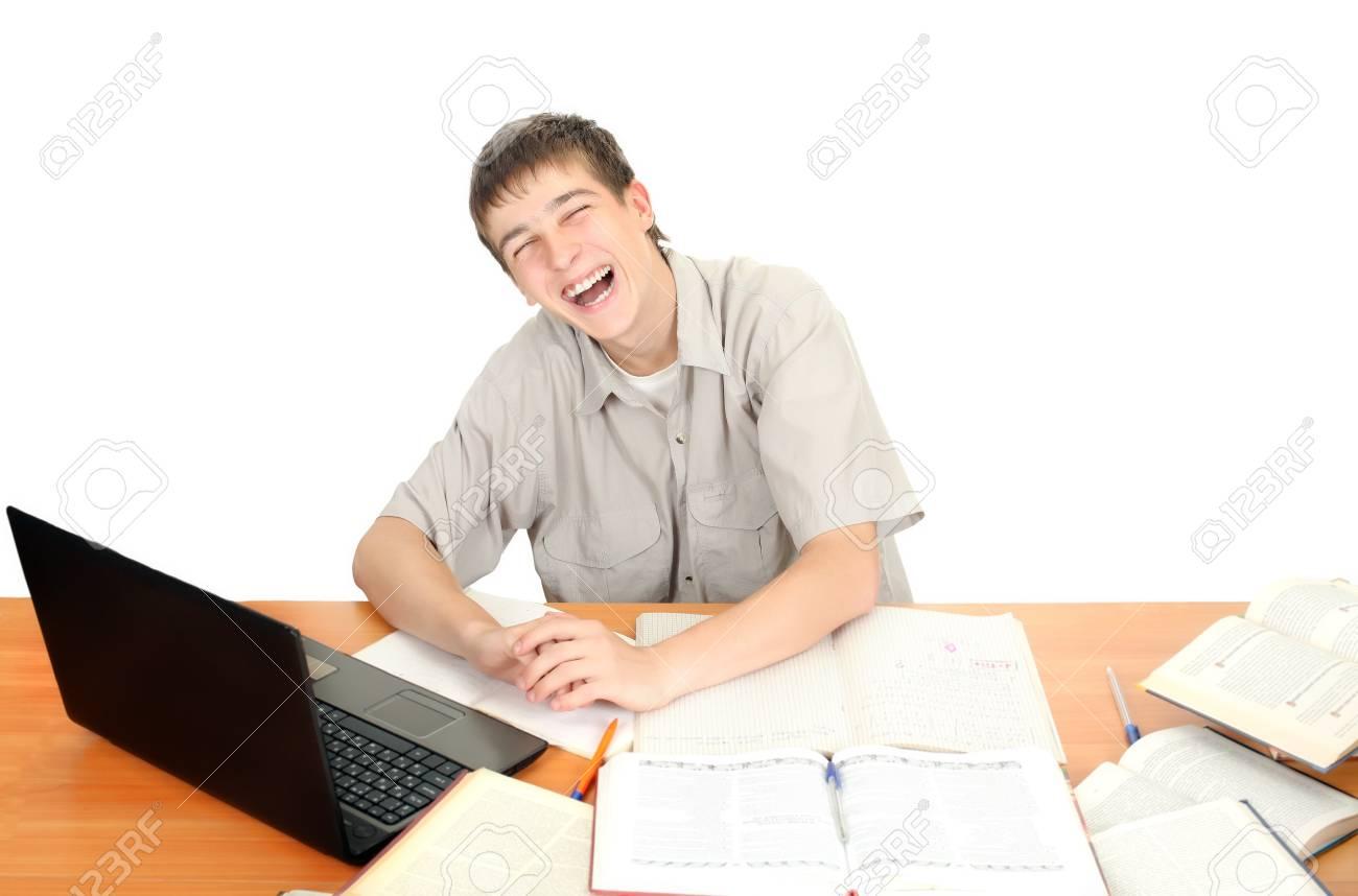 Happy student rire par le bureau de l école isolé sur le fond