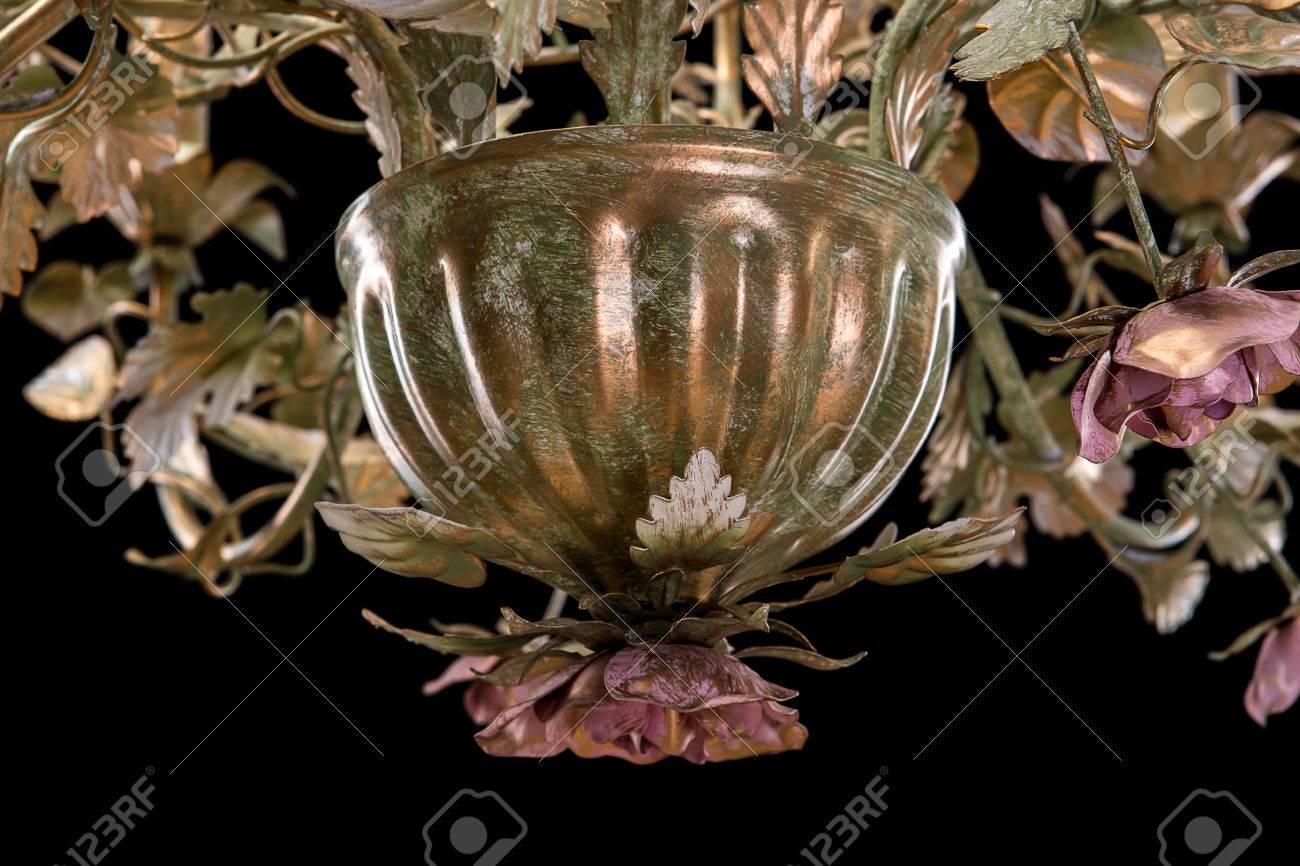 Lampenschirme Klein Kronleuchter ~ Kronleuchter nahaufnahme klassische bronze mit lockigen