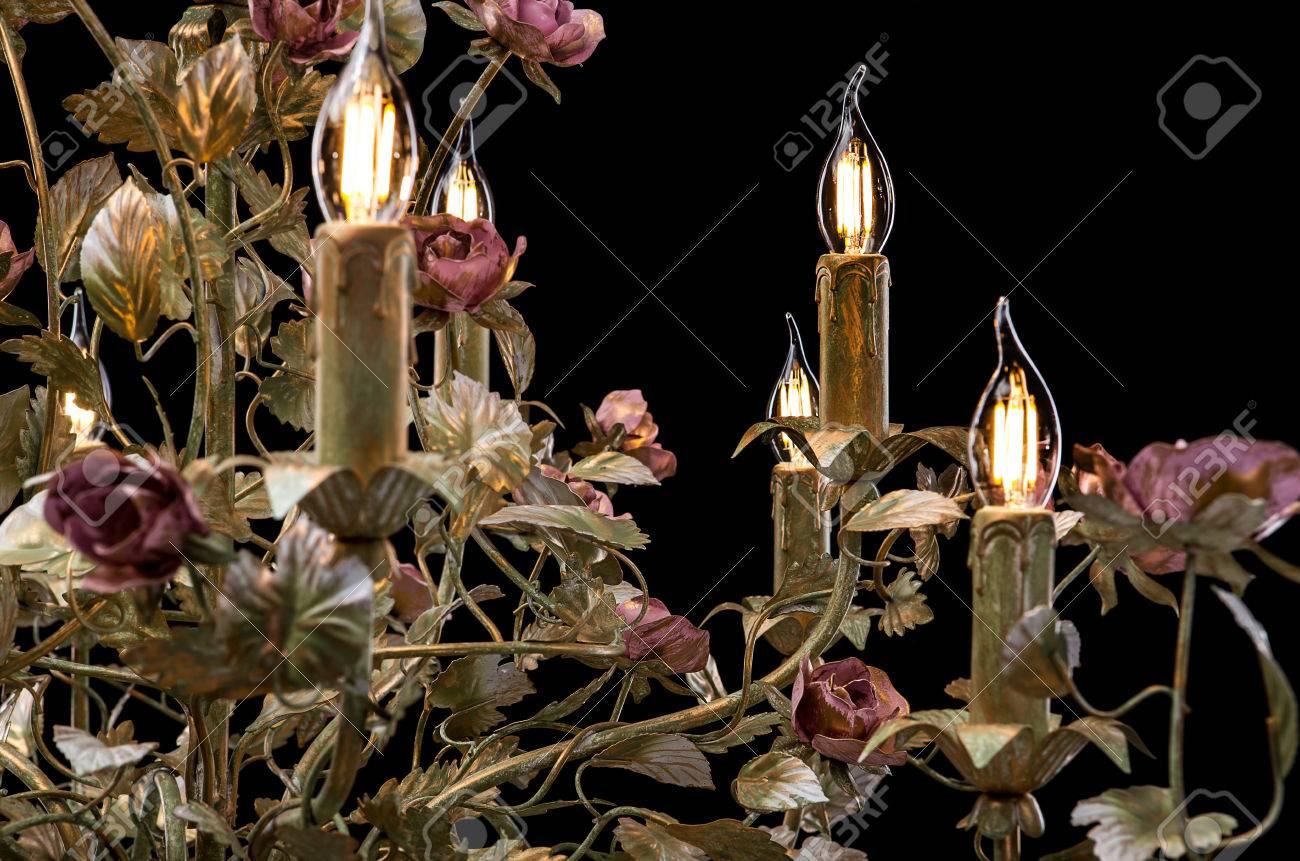 Kronleuchter Mit Blättern ~ Kronleuchter nahaufnahme klassische bronze mit lockigen