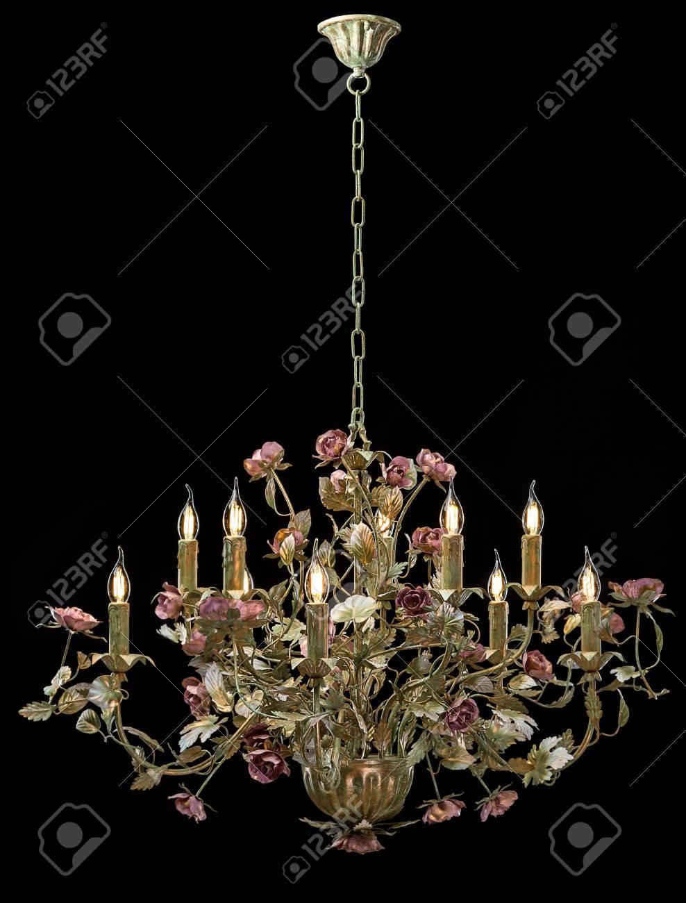Kronleuchter Klassische Bronze Mit Geschweiften Lampenschirmen Blumen Und  Goldenen Blättern. Standard Bild   77905248