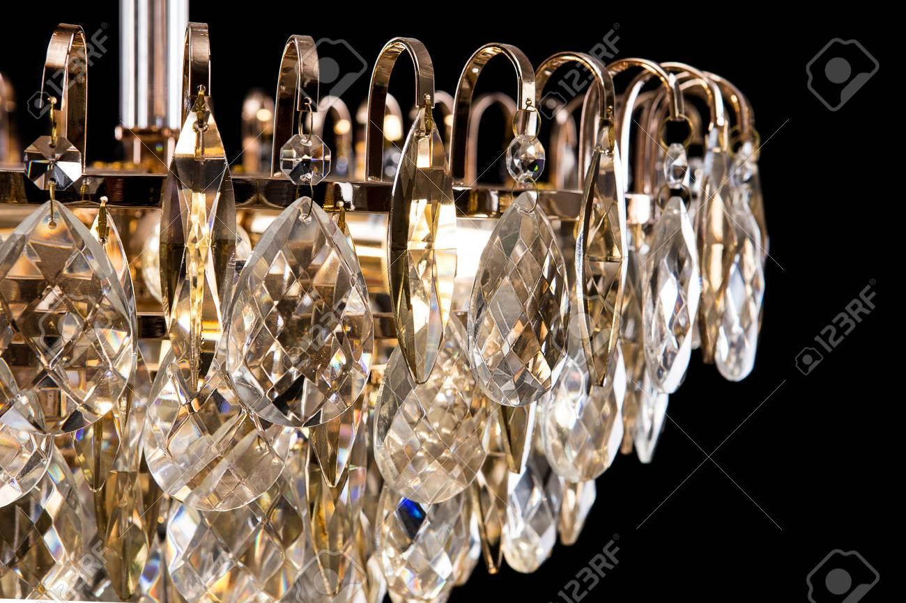 Großes Kristallleuchterdetail Getrennt Auf Schwarzem Hintergrund ...