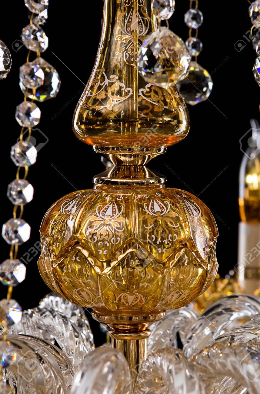 Kroonluchter Voor Kaarsen.Grote Kristallen Close Up Kroonluchter Met Kaarsen Geisoleerd Op Zwarte Achtergrond