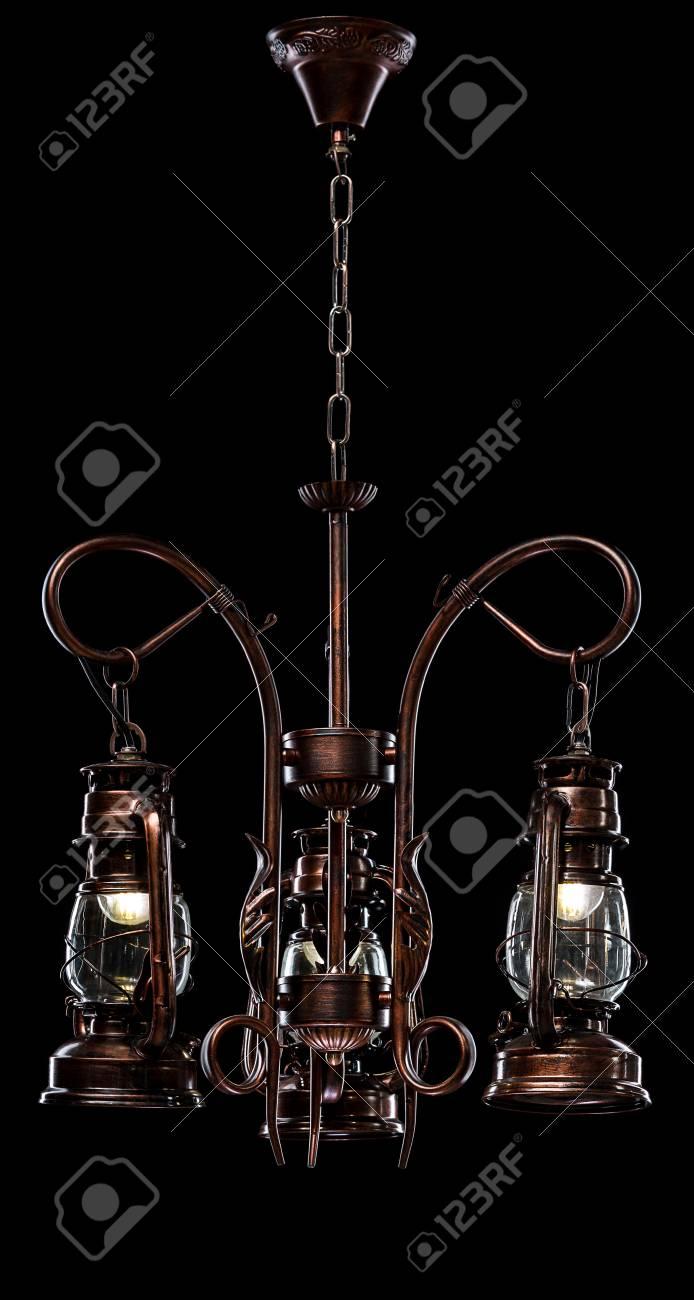 Antiker Bronze Eisen Beschlagener Leuchter Lokalisiert Auf Schwarzem  Hintergrund. Großer Kronleuchter Für Das