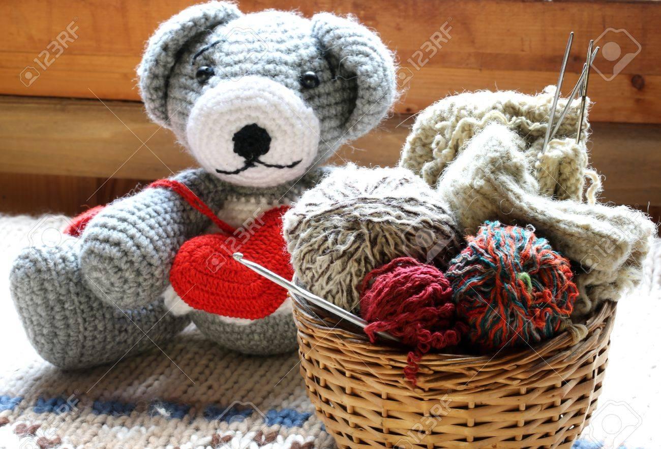 Gestrickt Spielzeugbären Ein Paar Herzen Ball Aus Wolle Häkeln