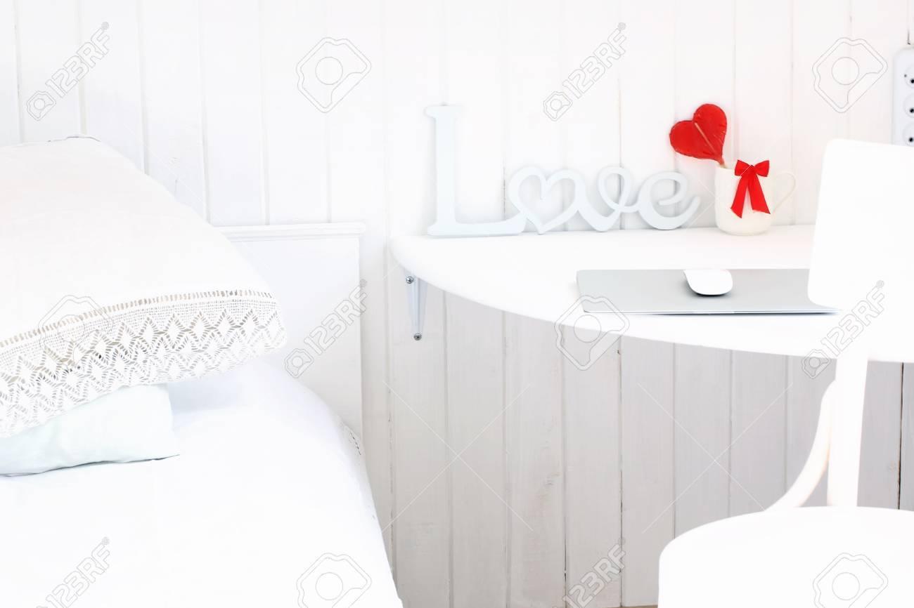 Weiß Romantisches Schlafzimmer In Einem Rustikalen Holzhaus ...