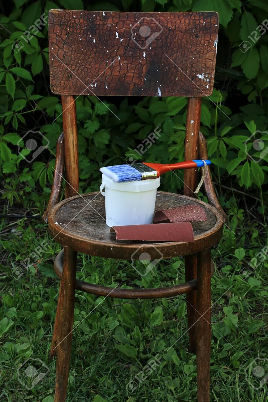 Peinture Restauration Vieille Chaise Avant Et Aprs Banque DImages