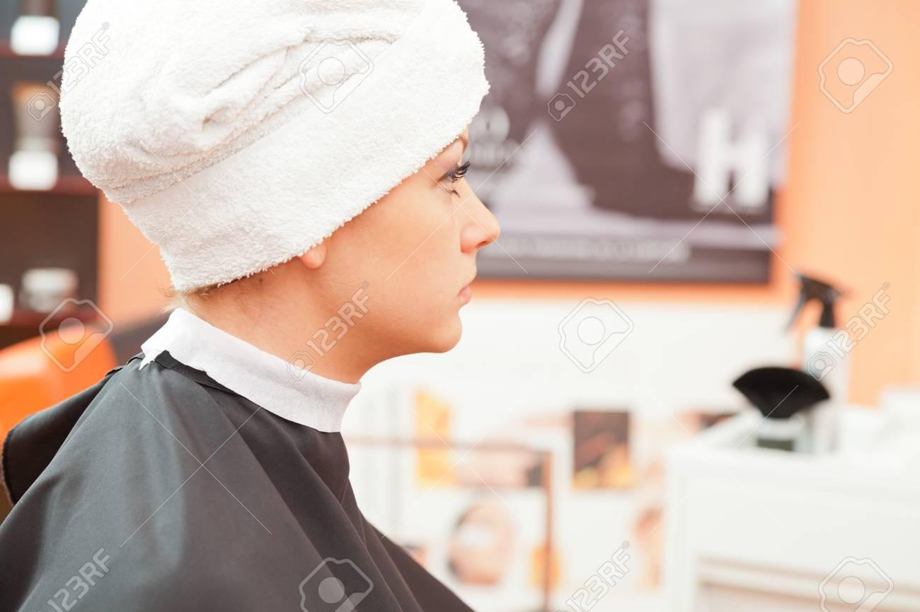 Erstellen Frisuren Friseur Im Salon. Innenaufnahme Lizenzfreie Fotos ...
