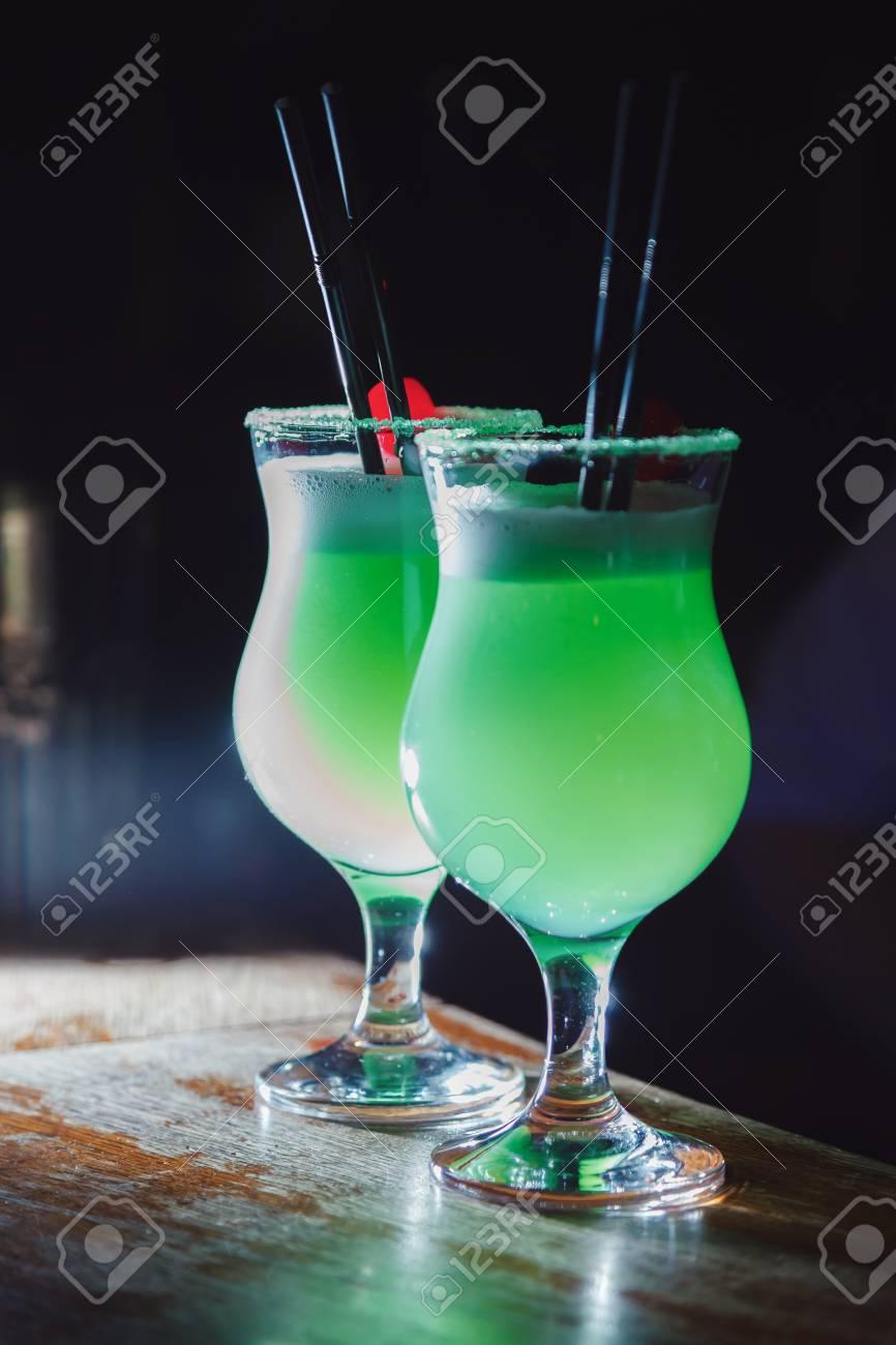 bueno tienda oficial nuevo estilo de 2019 Un hermoso cóctel verde con espuma blanca y cereza en un vaso alto. de cerca