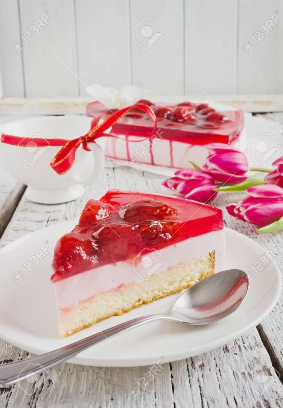 Teil Des Valentinstag Kuchen Auf Eine Untertasse Lizenzfreie Fotos