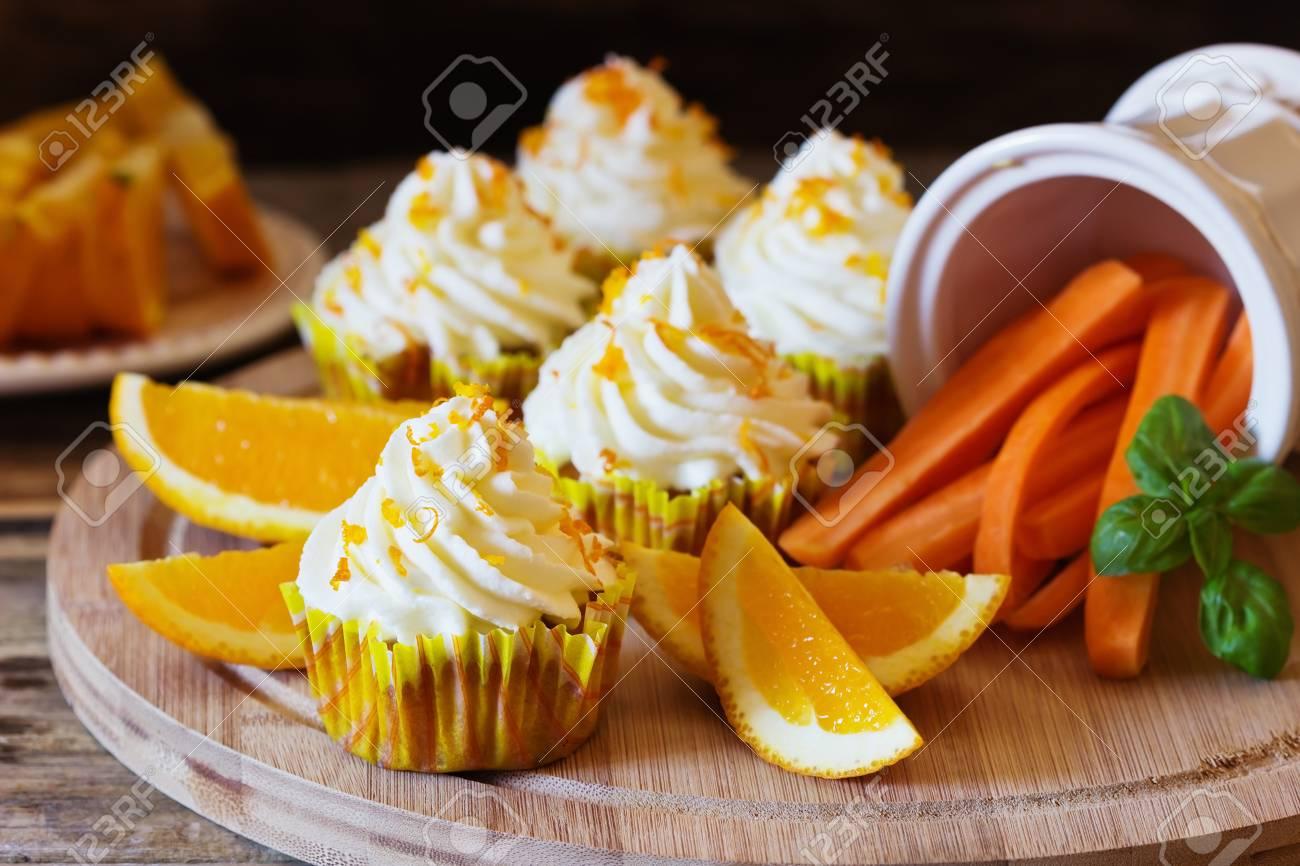 Kostliche Hausgemachte Kuchen Mit Orangen Und Karotten Auf Einem