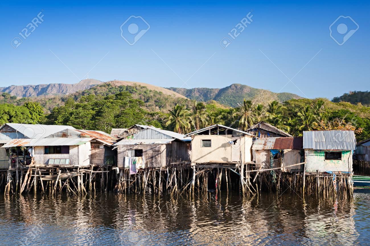casas de tugurios permanecer sobre pilotes en el mar foto de archivo