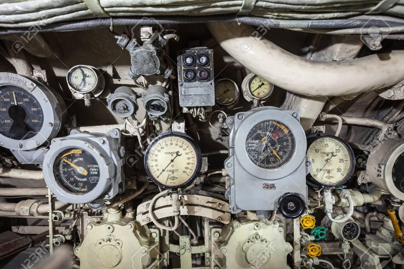 https://previews.123rf.com/images/saiko3p/saiko3p1509/saiko3p150901152/44825199-surabaya-indonesi%C3%AB-28-oktober-2014-pasopati-onderzee%C3%ABr-monument-interieur-het-is-een-onderzee%C3%ABr-museum-in-.jpg