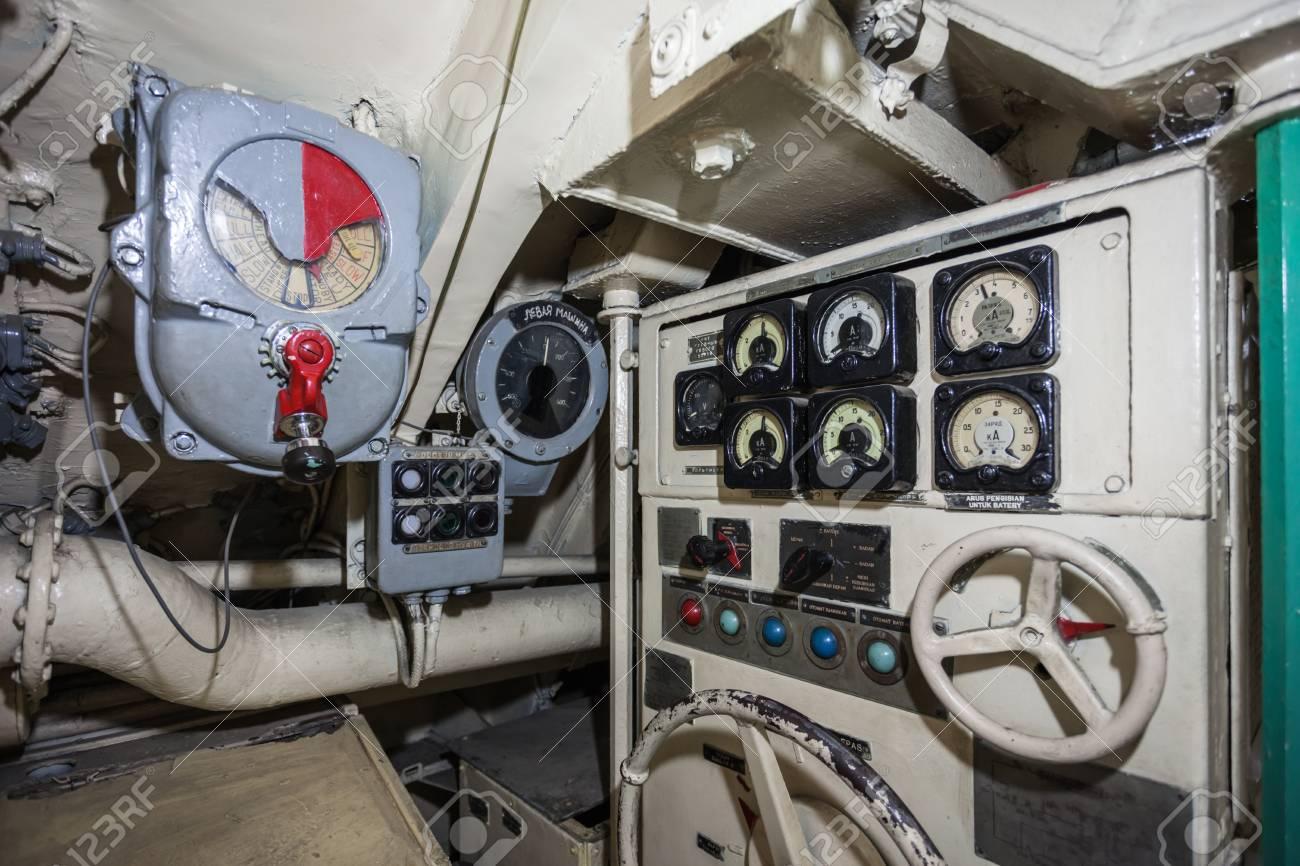 https://previews.123rf.com/images/saiko3p/saiko3p1509/saiko3p150901203/44825247-surabaya-indonesi%C3%AB-28-oktober-2014-pasopati-onderzee%C3%ABr-monument-interieur-het-is-een-onderzee%C3%ABr-museum-in-.jpg