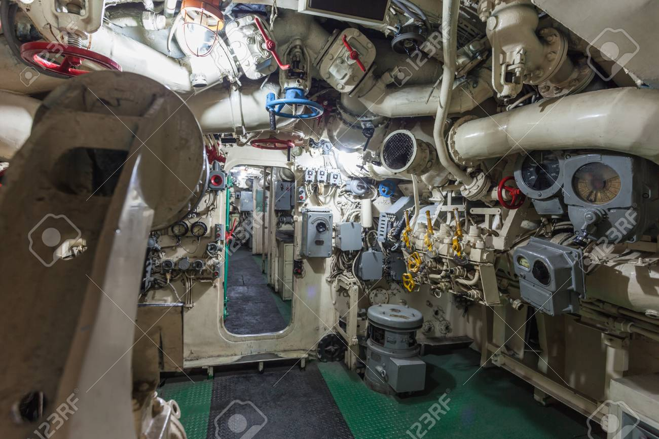 https://previews.123rf.com/images/saiko3p/saiko3p1509/saiko3p150901443/44824089-surabaya-indonesi%C3%AB-28-oktober-2014-pasopati-onderzee%C3%ABr-monument-interieur-het-is-een-onderzee%C3%ABr-museum-in-.jpg