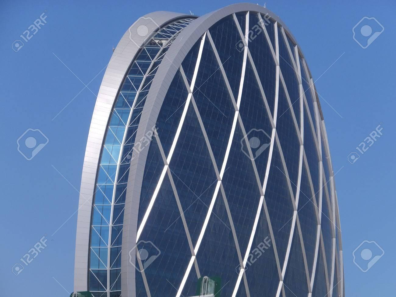 edificio sede de aldar en abu dhabi emiratos rabes unidos foto de archivo