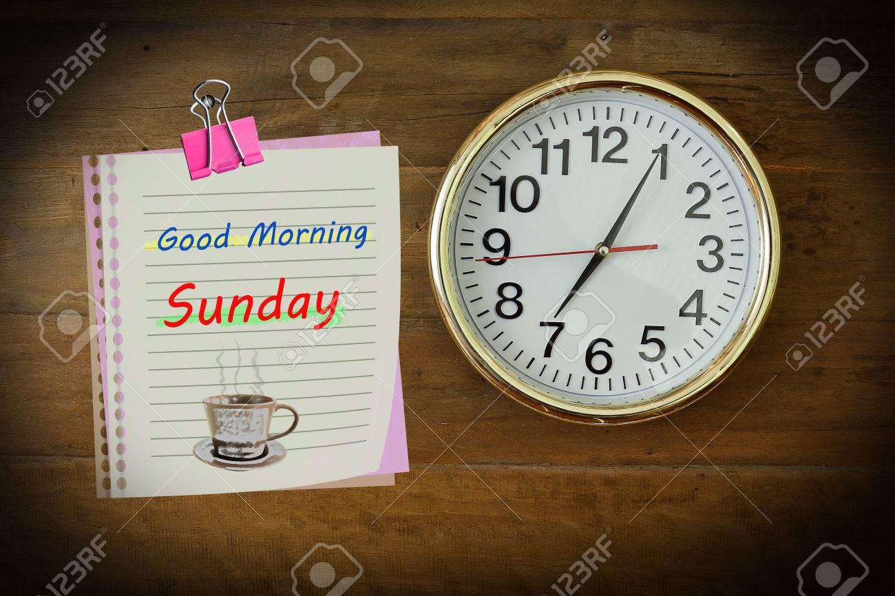 Das Papier Schrieb Guten Morgen Sonntag Mit 700 Hängen An Der