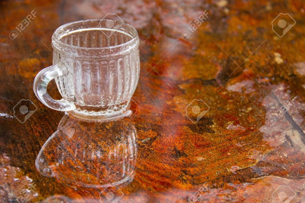 Vidrio Cilíndrico Transparente Vacío Sobre La Mesa De Madera En El Restaurante Terraza Al Aire Libre