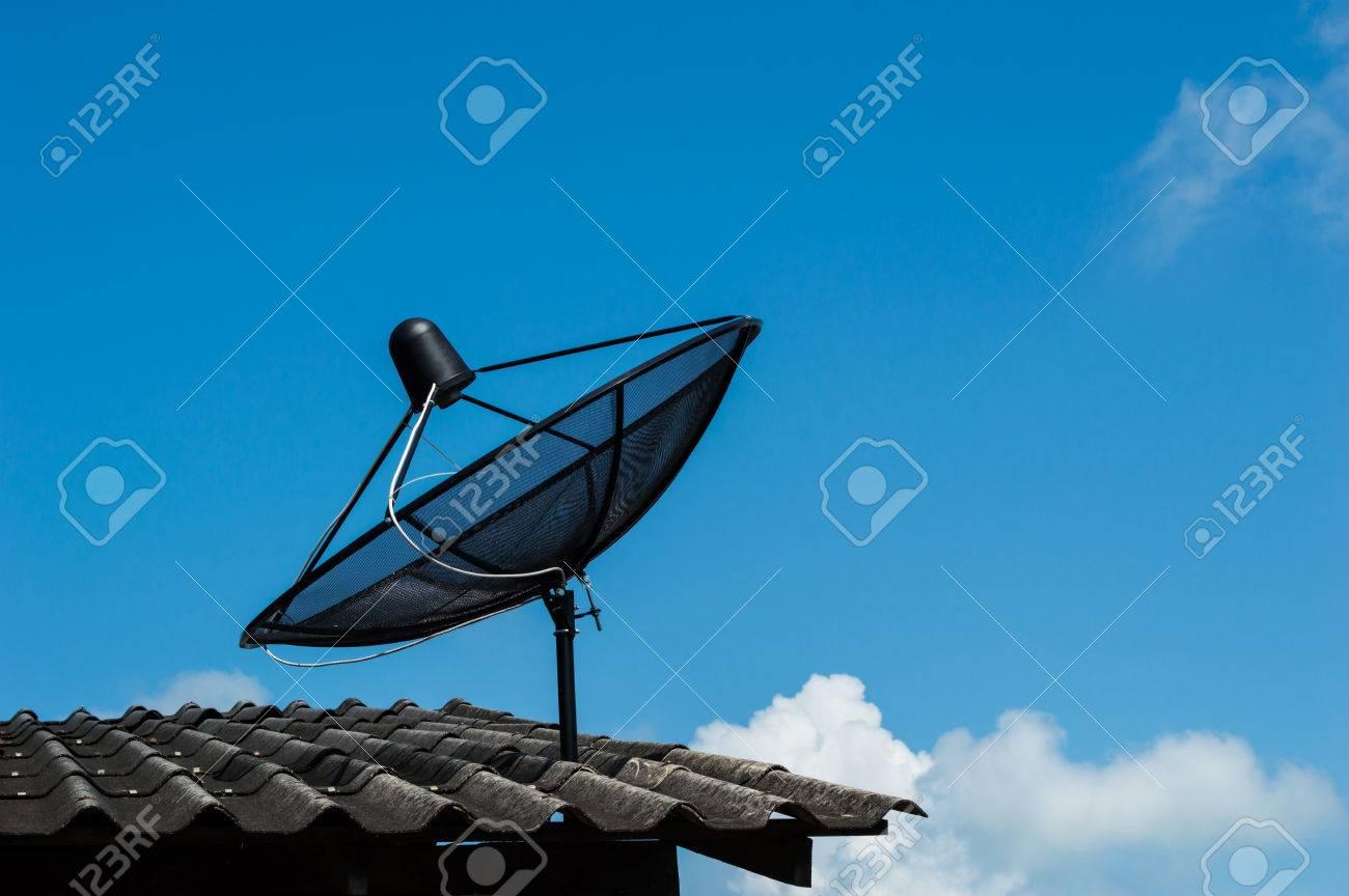 antena parablica en el tejado de la casa foto de archivo
