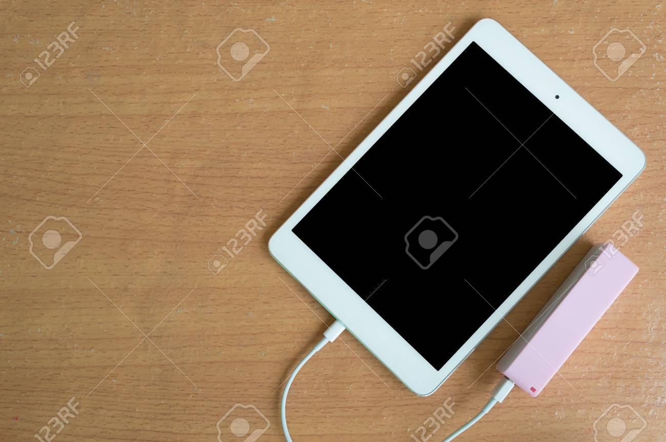 Banque d alimentation du c ble usb avec la tablette sur le bureau