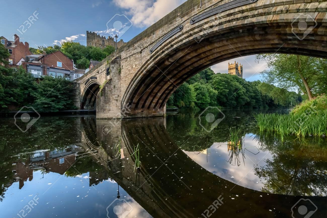 Ponte In Muratura.Framwellgate Bridge E Un Ponte In Muratura Medievale Ad Arco Attraverso Il Fiume Wear A Durham In Inghilterra