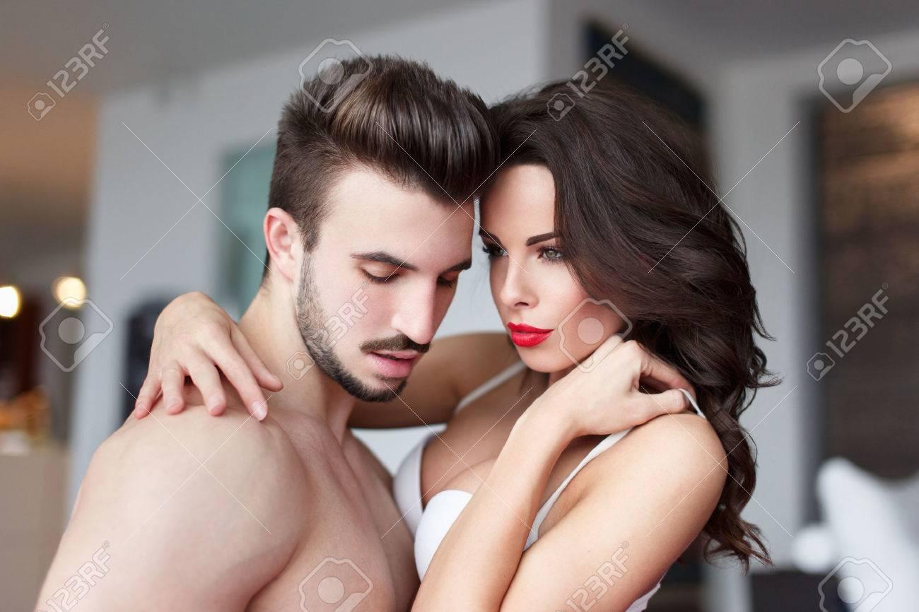 Sexy Jeune Couple Nu A La Maison Preliminaires La Sensualite Banque D Images Et Photos Libres De Droits Image 36161398