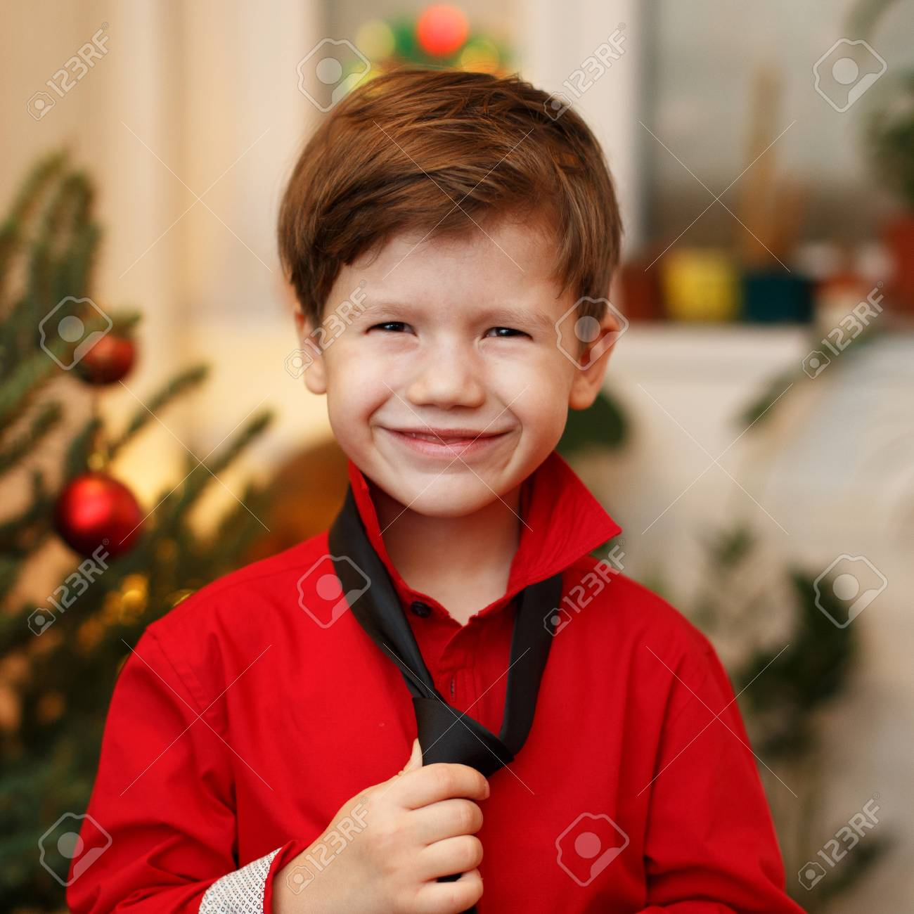 Petit Garcon Prendre Sur Cravate Et Chemise Attendant Pour Noel