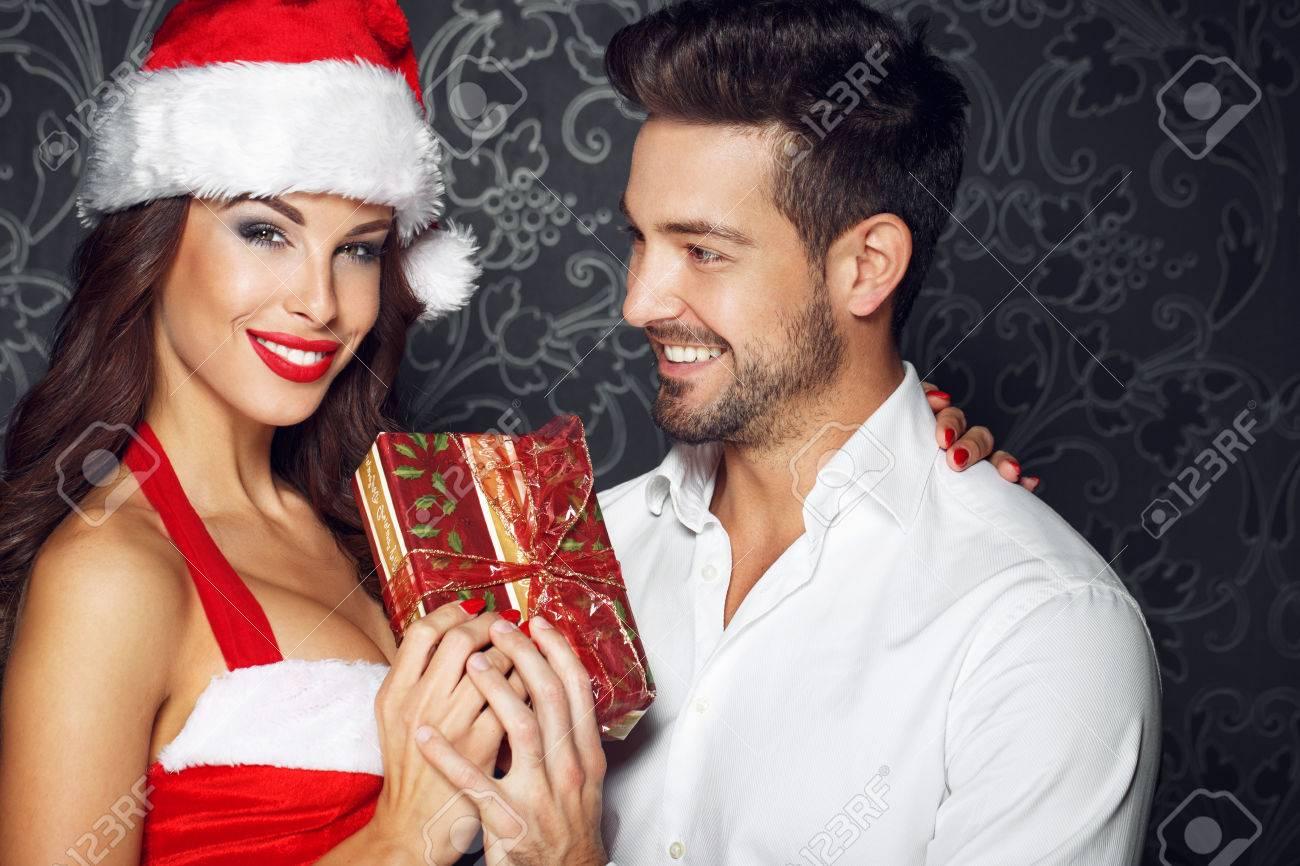 Junges Paar Hält Geschenk Am Weihnachten, Sankt-Frau Mit Ihrem ...