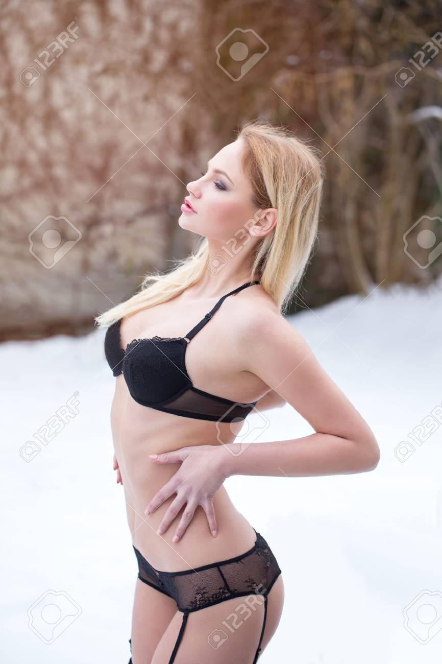 Image de la catégorie Femme blonde sexy en sous-vêtements noirs posant en plein air dans le froid, en attendant le printemps Image 54666674.