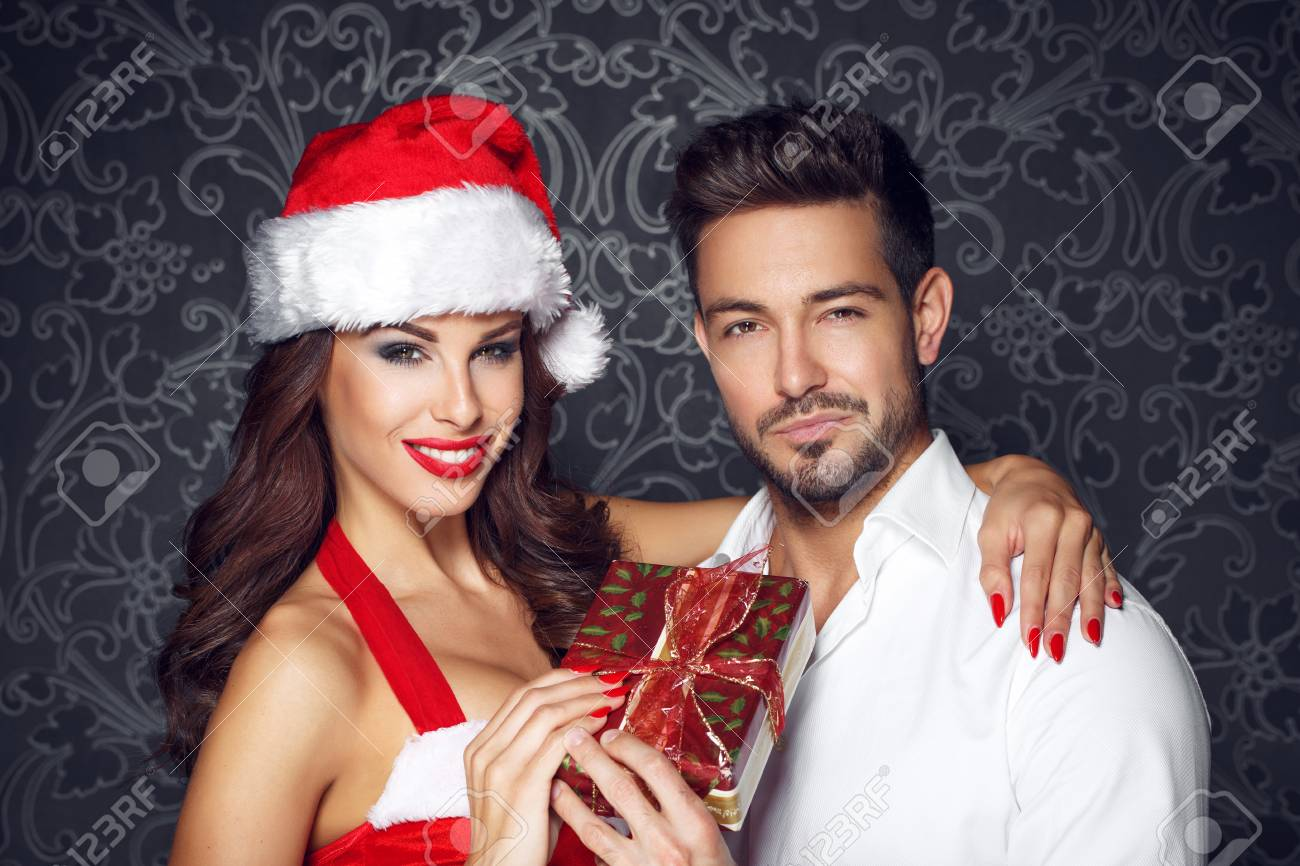 Glückliche Junge Paar Mit Weihnachtsgeschenk An Vintage-Wand ...