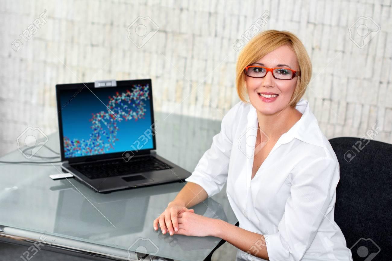 Ingénieur jeune chercheur à bureau en verre avec un ordinateur