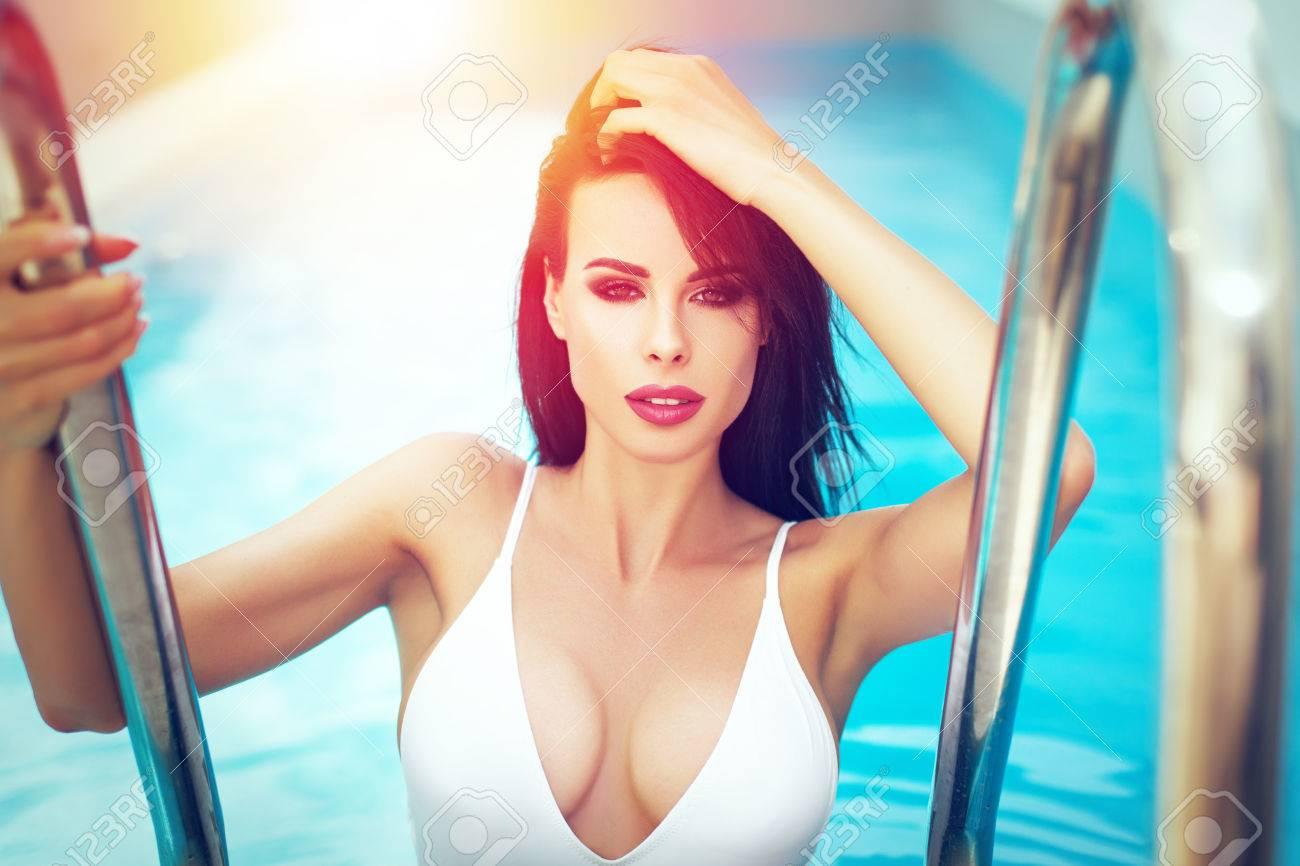 De Morena Con Piscina Verano Grandes En Tetas Baño Mujer Posando Sexy Traje 0Owk8nPX