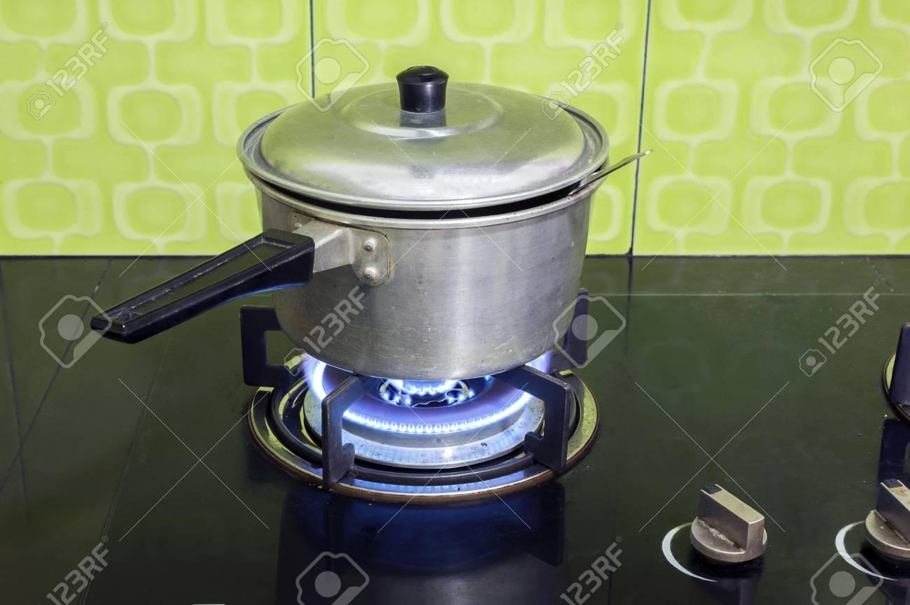 Kochen Auf Einem Gasherd Lizenzfreie Fotos Bilder Und Stock