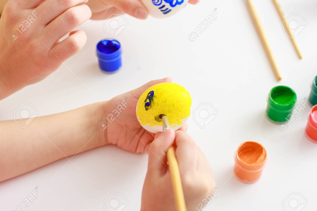 Feliz Pascua Una Madre E Hijas Pintando Huevos De Pascua Familia Feliz Preparándose Para La Pascua