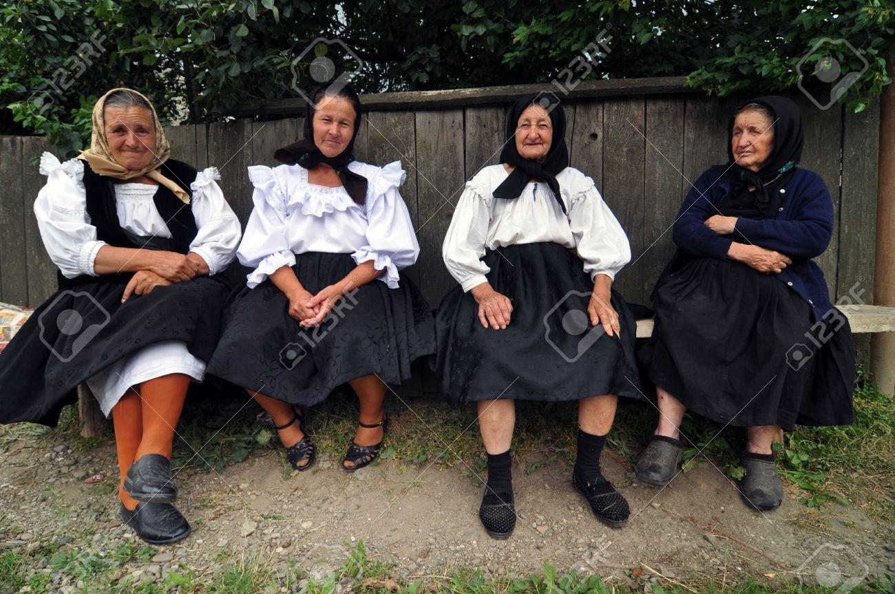 Ieud, Rumänien - 10. AUGUST: Unbekannte Frau Dorfbewohner In Der ...