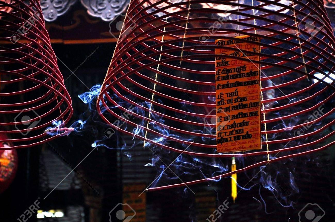 HOI AN - 2. März: Burning Hängen Weihrauch Spulen Im Hoi Quan Quang ...