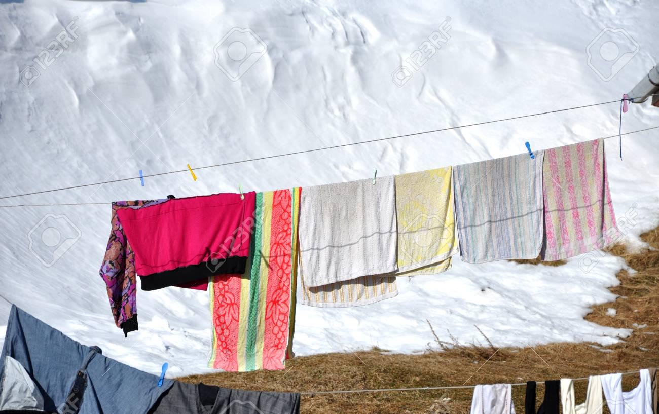 Hängende Wäsche Trocknet Auf Einer Wäscheleine Im Winter Lizenzfreie ...