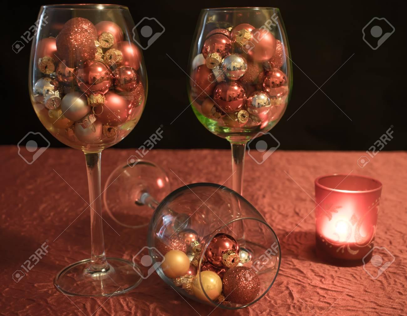 Weihnachten Weingläser Mit Weihnachtskugeln Und Kerze Lizenzfreie