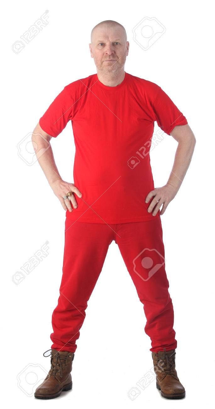 2a3078dae Retrato vertical de hombre calvo adulto en la ropa de color rojo aisladas  sobre fondo blanco de estudio