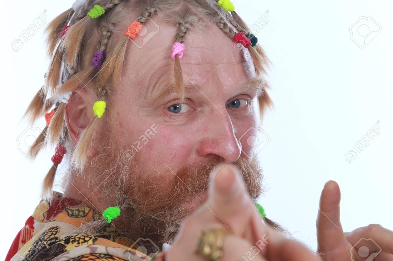 Banque d\u0027images , Portrait en gros plan d\u0027un homme aux tresses, moustache  et barbe en chemise colorée sur fond blanc studio