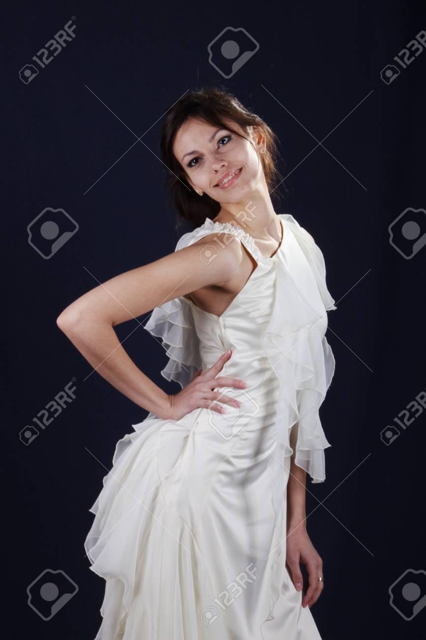 quality design efd22 8d44b Ragazza modello in posa nello sviluppo degli abiti da sera firmati da  studenti della collezione di vestiti