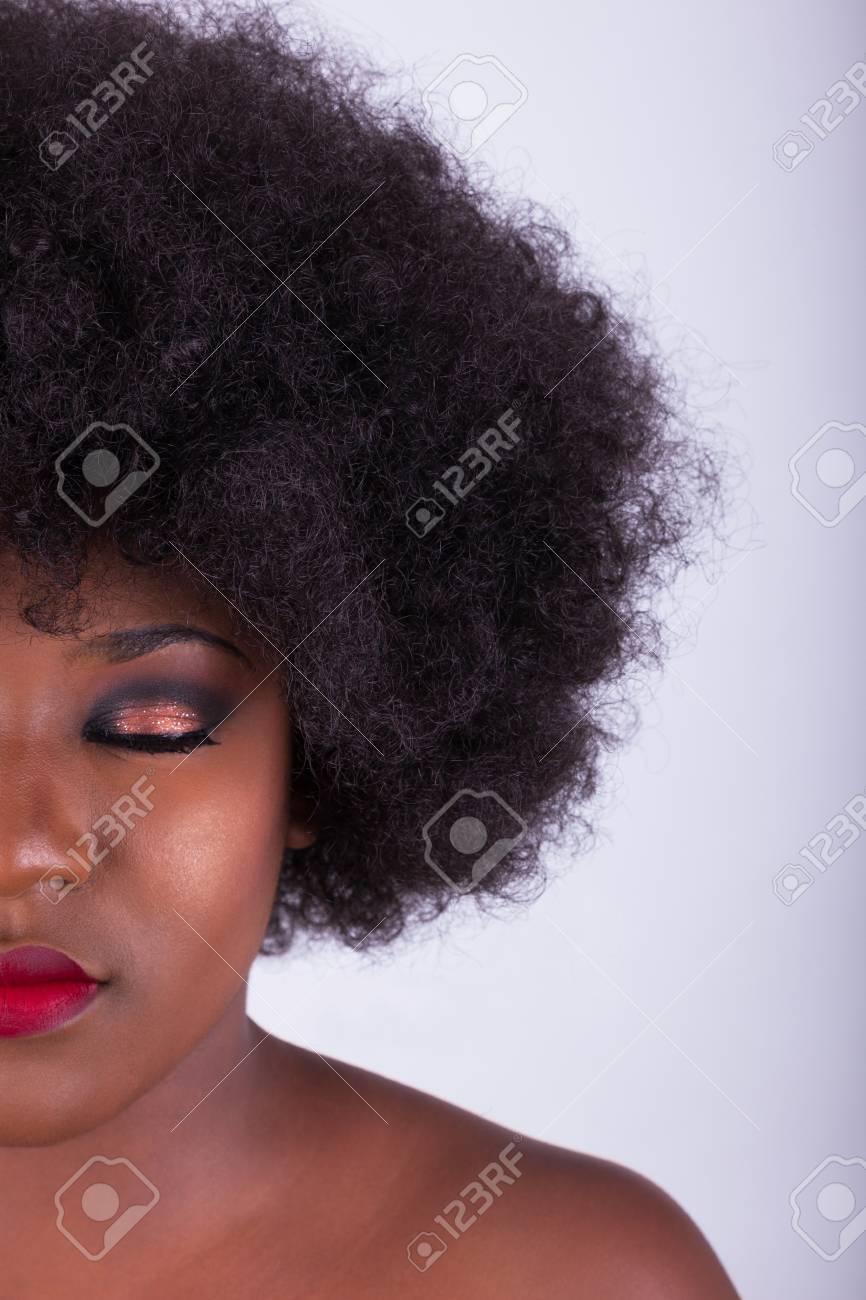Portrait D Une Belle Femme Afro Americaine Avec Une Coupe De Cheveux Afro Banque D Images Et Photos Libres De Droits Image 72436804