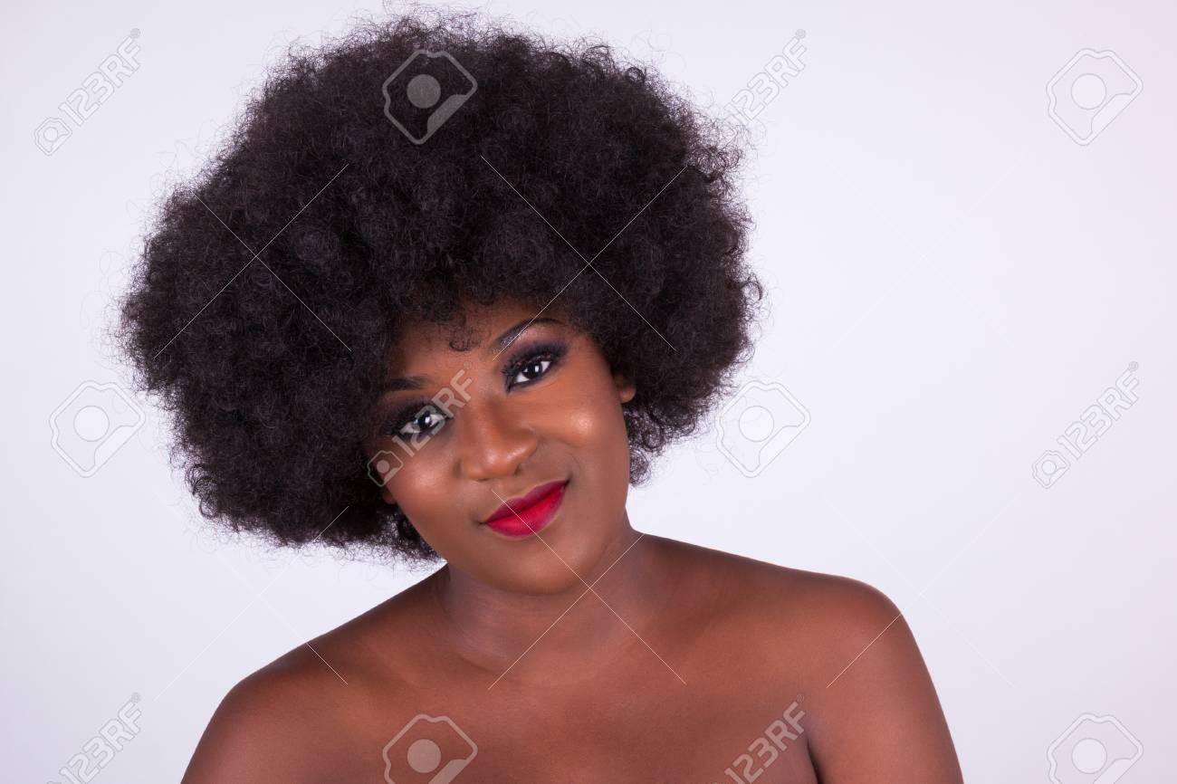 Portrait D Une Belle Femme Afro Americaine Avec Une Coupe De Cheveux Afro Banque D Images Et Photos Libres De Droits Image 72402927